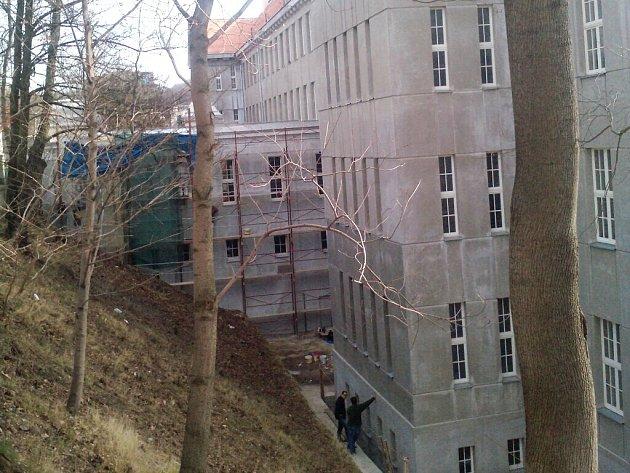 Probíhající rekonstrukce fasády zadní strany budovy. Jedná se o jednu z oprav, kterou škola potřebovala.