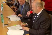 Hejtman Josef Novotný a krajský radní Vratislav Emler při podpisu sektorové dohody.