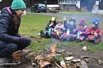Pokud počasí přeje, probíhají veškeré aktivity dětí venku. V lesní školce na Svatoškách mají navíc děti neustálý kontakt se zvířaty a také možnost svézt se na koních.