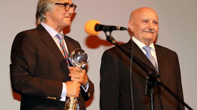 47. MFF Karlovy Vary. Josef Somr převzal Cenu prezidenta festivalu za přínos českému filmu.