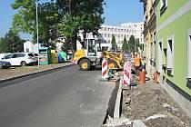 PO NOVÉM chodníku lidé vykročí v Hroznětínské ulici.