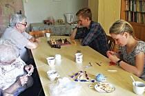 DOBROVOLNÍK Alfons (na snímku vpravo nahoře) si s chutí zahrál šachy s jedním z klientů.