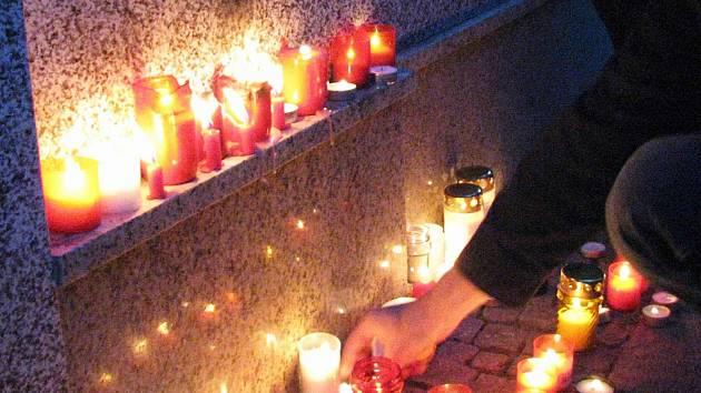 TRADIČNÍM místem, kde si lidé připomínají události ze 17. listopadu 1989, je místo u karlovarské hlavní pošty.