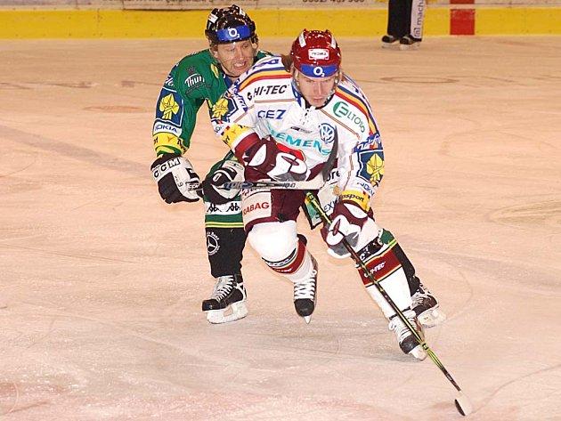 Obránce HC Energie Jiří Hanzlík (vlevo) se v utkání se Spartou řádně zapotil.