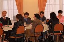 JE JICH O TŘETINU VÍCE. Řady úředníků karlovarského magistrátu jsou rok od roku početnější. Například v roce 2003 jich bylo 220, na konci loňského roku jich bylo už ale 355.