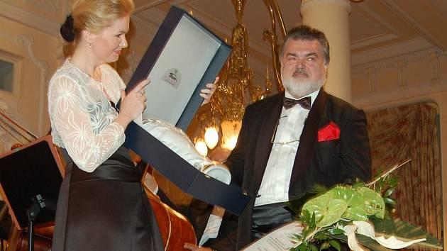 Populární slovenský operní pěvec Peter Dvorský, předseda poroty Mezinárodní pěvecké soutěže Antonína Dvořáka, obdržel od primátorky Karlových Varů Veroniky Vlkové sošku Viktora.
