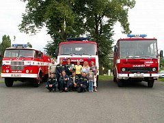 Bez vstřícnosti žen by to nešlo. To potvrdí každý dobrovolný hasič. Ti z Hájku nedají na své drahé polovičky dopustit, a tak nechybějí ani na společné fotografii.