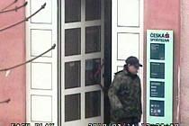 Přibližně třicetiletý muž v úterý 16. března 2010 v půl jedné odpoledne vyloupil pobočku České spořitelny v Karlových Varech – Staré Roli.