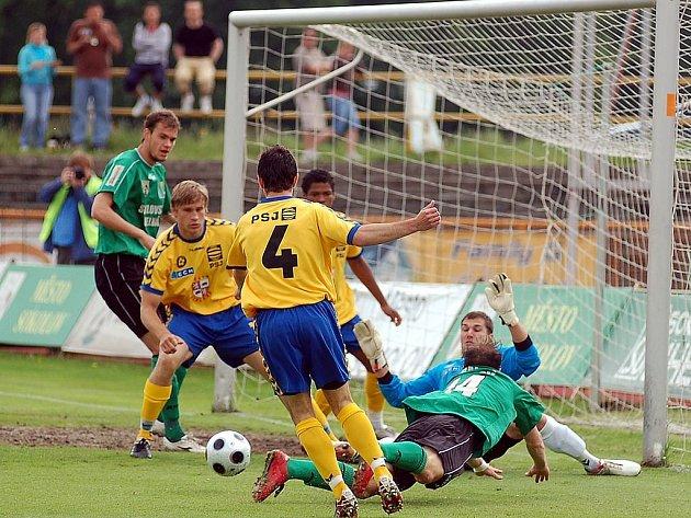 Ve 28. kole druhé fotbalové ligy Baník Sokolov (v zeleném) rozstřílel v domácím prostředí mužstvo Jihlavy v poměru 5:0.