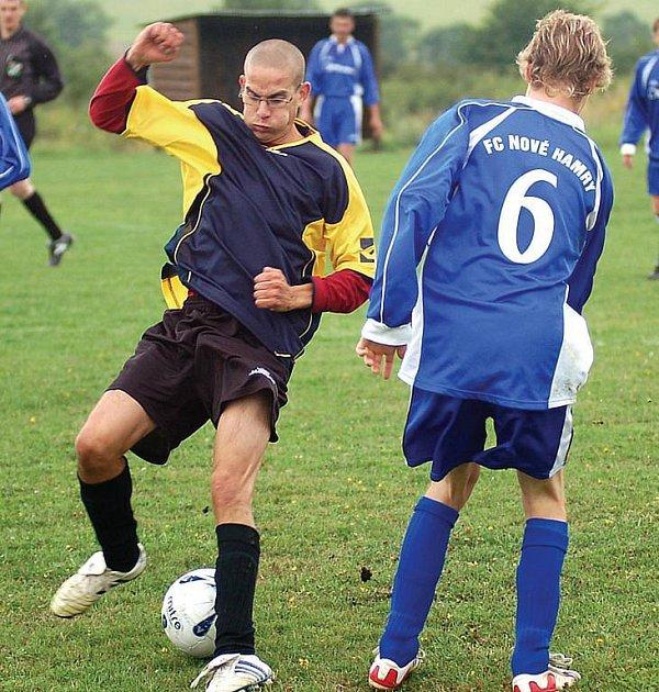 DEBAKL utrpěli na úvod soutěže v domácím prostředí fotbalisté Bražce v zápase s Novými Hamry. Jednou brankou k tomu přispěl i novohamerský útočník Matěj Novák (vpravo).