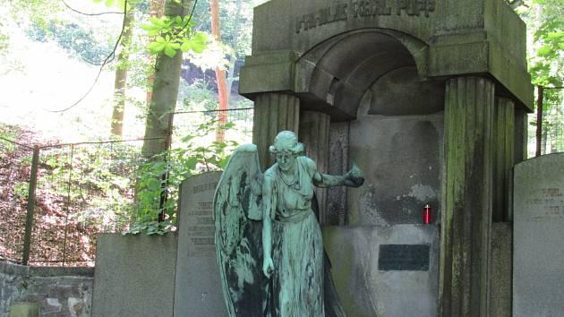 Socha padlého, ukradeného a  rozřezaného anděla z hrobky rodiny Puppů z drahovického hřbitova v Karlových Varech.