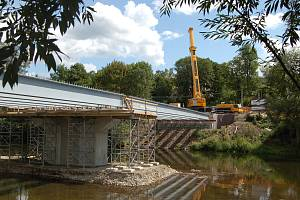 Velký jeřáb dorazil v úterý do Doubí v Karlových Varech. Pomáhá tam se stavbou nového mostu
