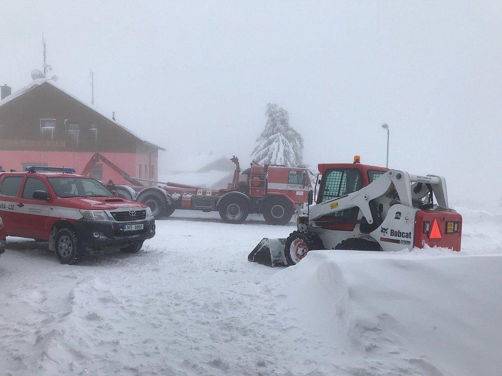 V Božím Daru operují silničáři i hasiči se svojí technikou.