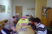 Dobrovolníci hrají se seniory deskové hry