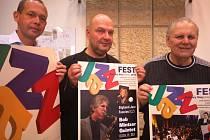 PROGRAM FESTIVALU spolu s jeho hvězdami představili zleva primátor Karlových Varů Petr Kulhánek, saxofonista a ředitel festivalu Milan Krajíc a Jindřich Volf st., ředitel obecně prospěšné společnosti Forte.