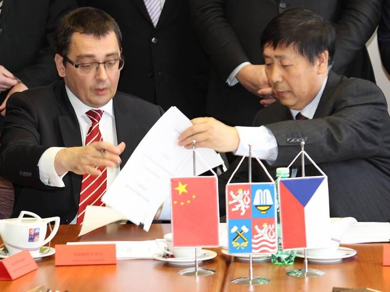 Ze slavnostního podpisu dohody mezi společnostmi Czech Industry Group a čínská firma Shijiazhuang Zhongxing Machinery.