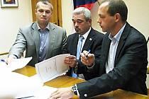 PODPIS KOALIČNÍ SMLOUVY. Lídři tří hnutí vládnoucích radnici (zprava) Petr Kulhánek (KOA), Čestmír Bruštík (ANO 2011) a Josef März (Karlovaráci) stvrdili včera svou spolupráci.