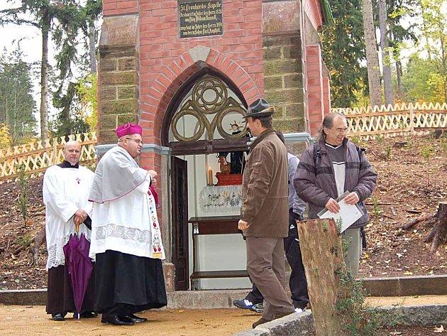 Dvě stě tisíc korun stála rekonstrukce kaple sv. Linharta v karlovarských lázeňských lesích. Včera ji slavnostně vysvětil děkan Jiří Hladík.