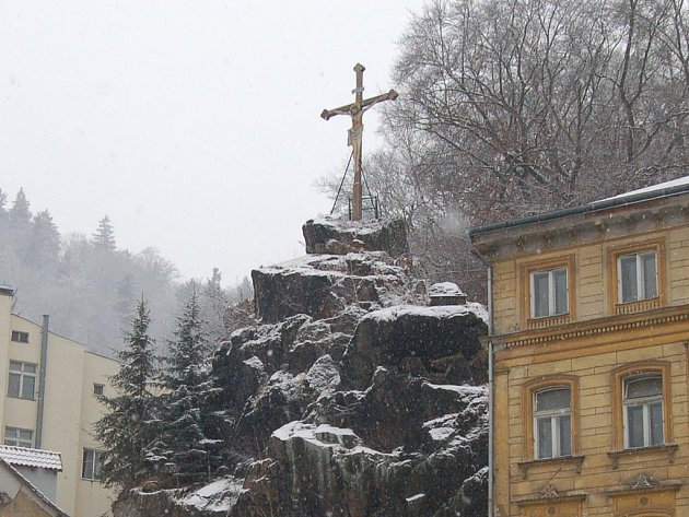 Kříž, který nyní zdobí mohutnou žulovou skálu nedaleko Grandhotelu Pupp, vznikl v roce 1990 z iniciativy skupiny karlovarských výtvarníků.