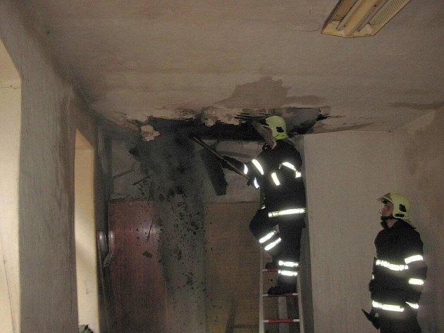 V pondělí 9. listopadu po 10. hodině byl na tísňovou linku 112 ohlášen požár sazí v komíně starého rodinného dumu v Kojšovicích u Toužimi.