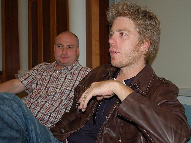 Na neformální tiskové konferenci se jazzman Kyle Eastwood (na snímku vpravo s vedoucím odboru kultury Tomášem Svobodou) představil jako hvězda bez manýrů.