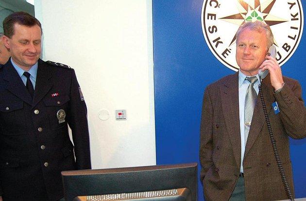 Pomáhat a chránit. Karlovarští policisté získali moderní služebnu v lednu (v nové recepci na snímku zprava policisté Vlastimil Mytiska a Michal Šavrňa). Modernizace služeben pokračuje.