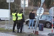 Hraniční přechod na Božím Daru a v Potůčkách jsou uzavřeny. Řidiči z obou stran hranic to ale zkoušejí. Někteří se pokoušejí policisty přemlouvat, jiní opatření nechápou. Jen málo je těch, co o nich nevěděli.