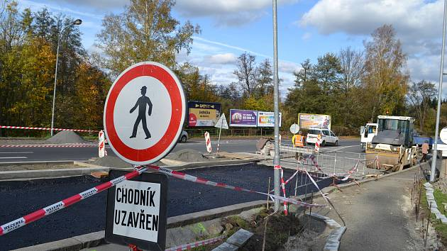 UŽ JEN PÁR TÝDNŮ zbývá do otevření nového mostu v Doubí.