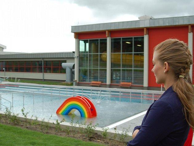 Nový venkovní plavecký bazén v areálu karlovarské KV Areny.