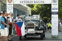 Během tří dnů projedou závodníci v historických automobilech zajímavá místa regionu