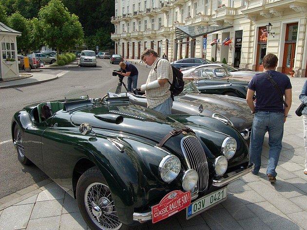 V rámci jedinečné akce 500 mil českých, která je oslavou 50. výročí vzniku auta  Jaguar E-type, dorazily nablýskané vozy také do Karlových Varů.