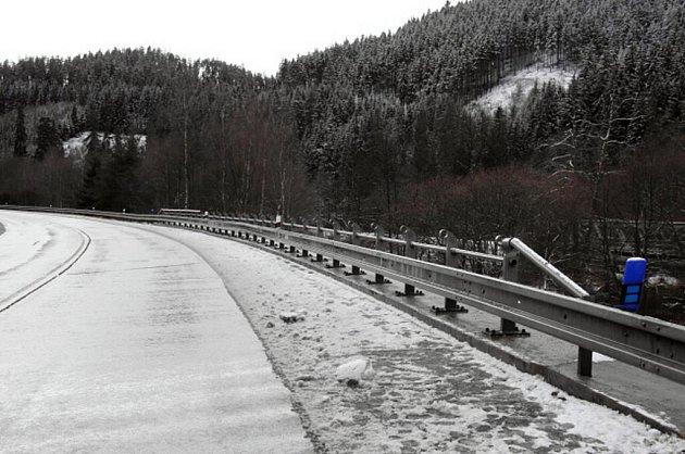 Z mostů zmizelo zábradlí