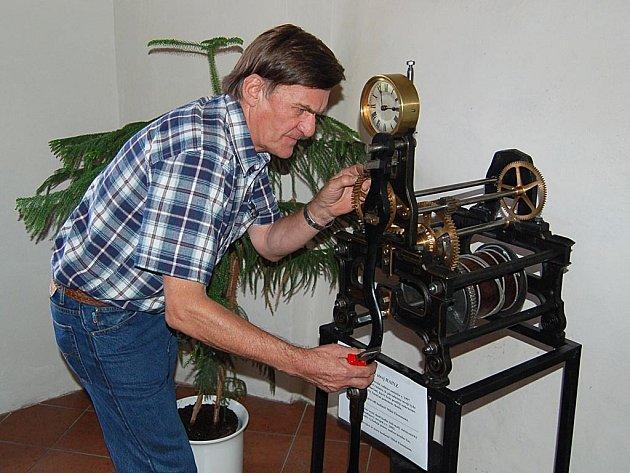 Hodinář Miloš Flossmann věnoval rekonstrukci několika unikátních historických hodin celý rok.