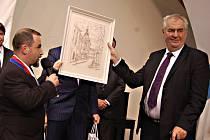 Prezident Miloš Zeman na návštěvě v Kraslicích, kde dostal hned několik darů.