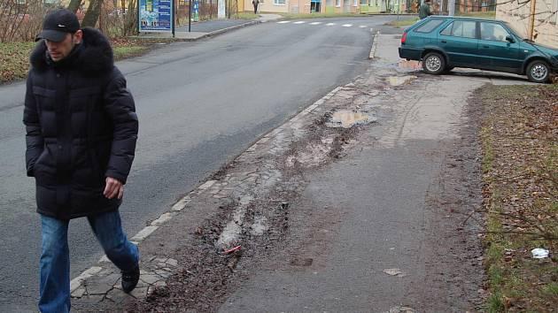 Některé chodníky v Karlových Varech, jako tento v Drahovicích, opravdu nejsou v nejlepším stavu.