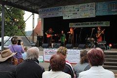 Milovníci folku a country muziky se opět sešli v městských sadech v Kraslicích na festiválku Na konci světa. Tentokrát nechyběl ani křest nového CD skupiny Alison.