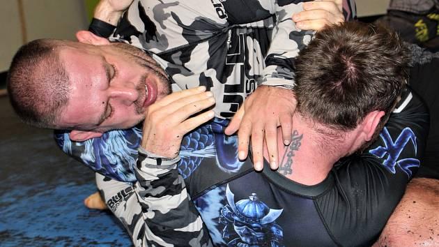PŘÍPRAVA. Většina karlovarských zápasníků se připravuje na Fight Night 3 v chodovském Elite Gymu pod vedením nestora MMA na Karlovarsku a jednoho z hlavních organizátorů galavečera Michala Madeje (vlevo).