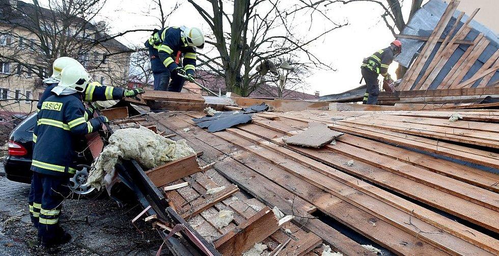 Hasiči likvidovali strženou střechu finančního úřadu v Ostrově na Karlovarsku
