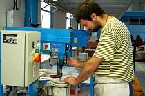 Nemají své jisté. Také Jaroslav Kesl, který v Karlovarském porcelánu pracuje už čtyři roky, má strach o svou budoucnost. Zaměstnanci nyní ani nevědí, kolik dostanou peněz za měsíc říjen.