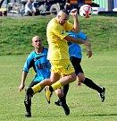 Premiérovou prohru v podzimní části okresního přeboru si připsaly na konto Dalovice (ve žlutém), když nestačily v poměru 2:5 na Božičany (ve světle modrém). Děpoltovice (v černém) pak uhrály v derby s Nejdkem B (v tmavě modrém) remízu 3:3.