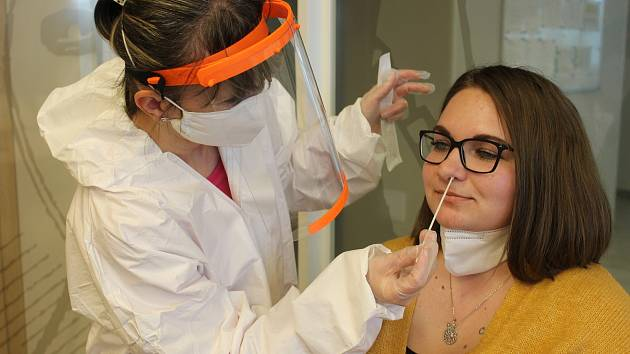 Zdravotní sestřička Petra Hlinková testuje asistentku firmy Kláru Zubzandovou.