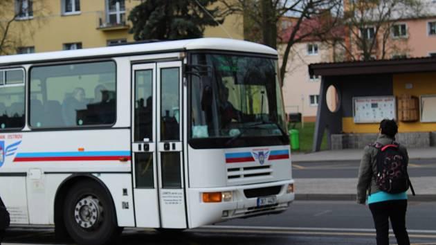 V Ostrově už zase jezdí autobusy. Jen už to není Dopravní podnik Ostrov, ale Dopravní podnik Karlovy Vary.