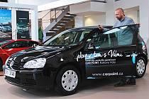 AUTOMOBIL pomůže Centru pro dítě a rodinu Valika. V Karlových Varech si ho převzal jeho ředitel Petr Zmuda.