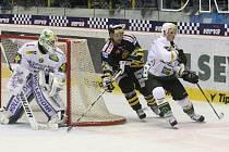 Extraliga ledního hokeje. HC Verva Litvínov (ve tmavém) hostila na své ledové ploše hokejisty HC Energie Karlovy Vary