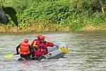 Záchranáři pátrají po utonulé šestnáctileté vodačce.