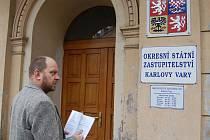 Zastupitel Jiří Kotek přichází na státní zastupitelství podat trestní oznámení na ředitelku stavebního úřadu Ivanu Doubovou.