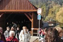 Opravený dřevěný most v Radošově se po roce 2003 stal velkým lákadlem pro turisty.
