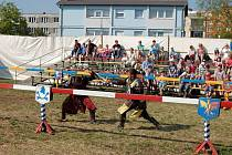 Členové pražské skupiny Excalibur předvedli v Karlových Varech, jak asi mohl vypadat středověký rytířský turnaj