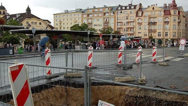 Zemní práce na potrubí, které uzavřely Varšavskou ulici a kvůli nimž musel Dopravní podnik přemístit nástupiště pro autobusy městské hromadné dopravy, působí řadu problémů.