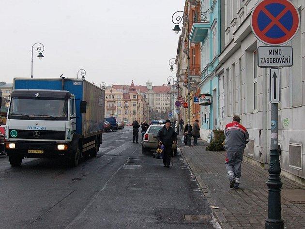 Drahé stání. Ve Varšavské ulici strážníci kontrolují nepovolené stání aut.